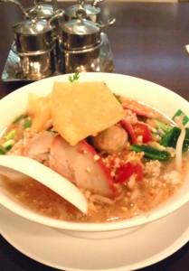 豚肉入りトムヤムスープのライスヌードル