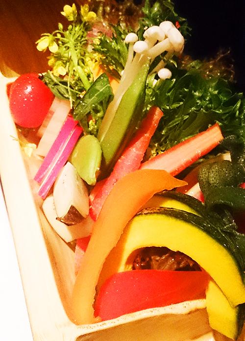 鶏刺しと産直野菜と日本酒と